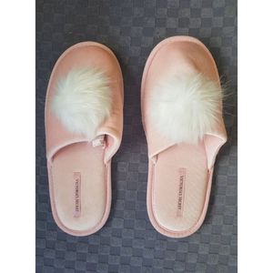 Victoria's Secret Pom Pom Pink Slippers Medium 7/8